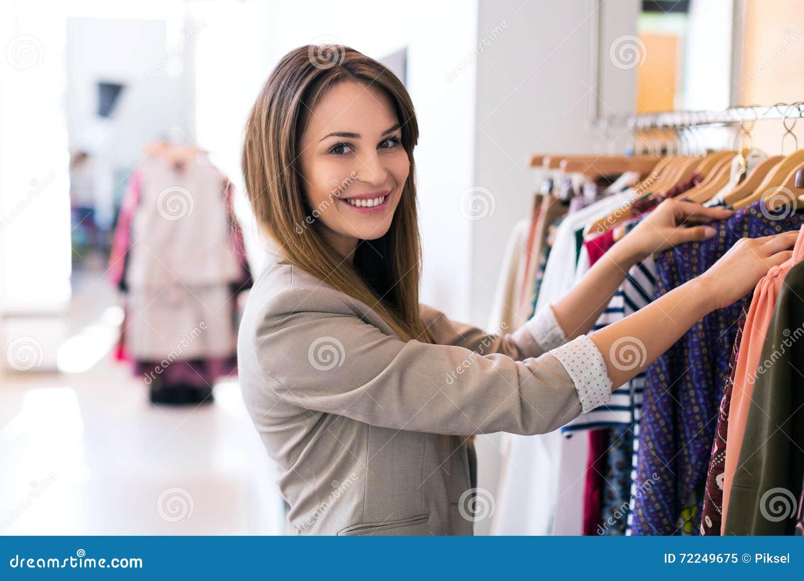 Mulher na loja de roupa