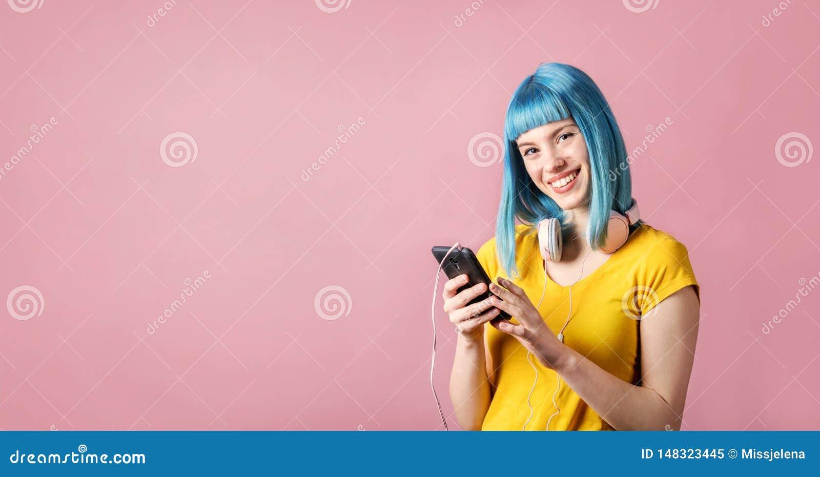 Mulher na moda nova para escutar a m?sica