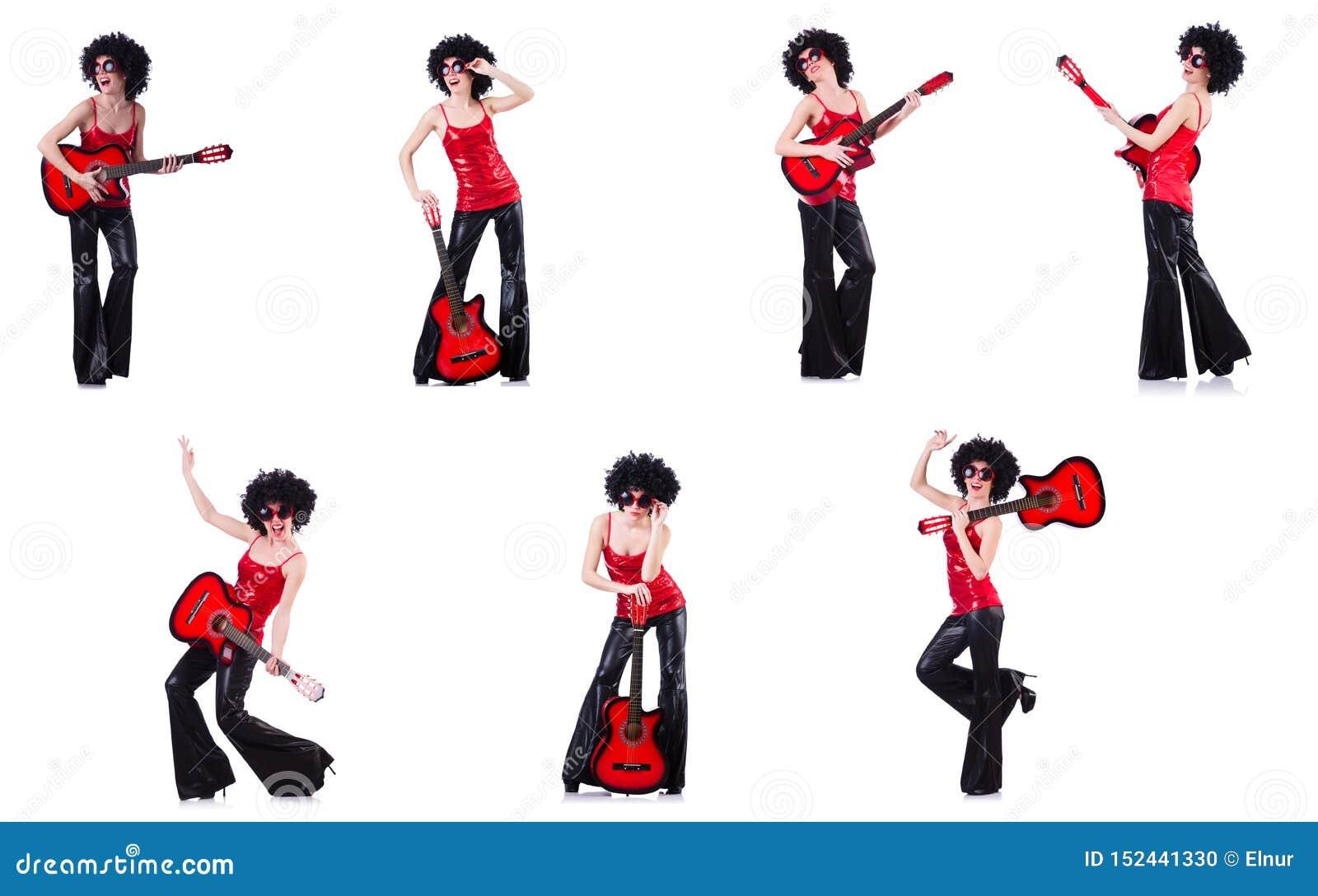 Mulher na peruca afro que joga a guitarra