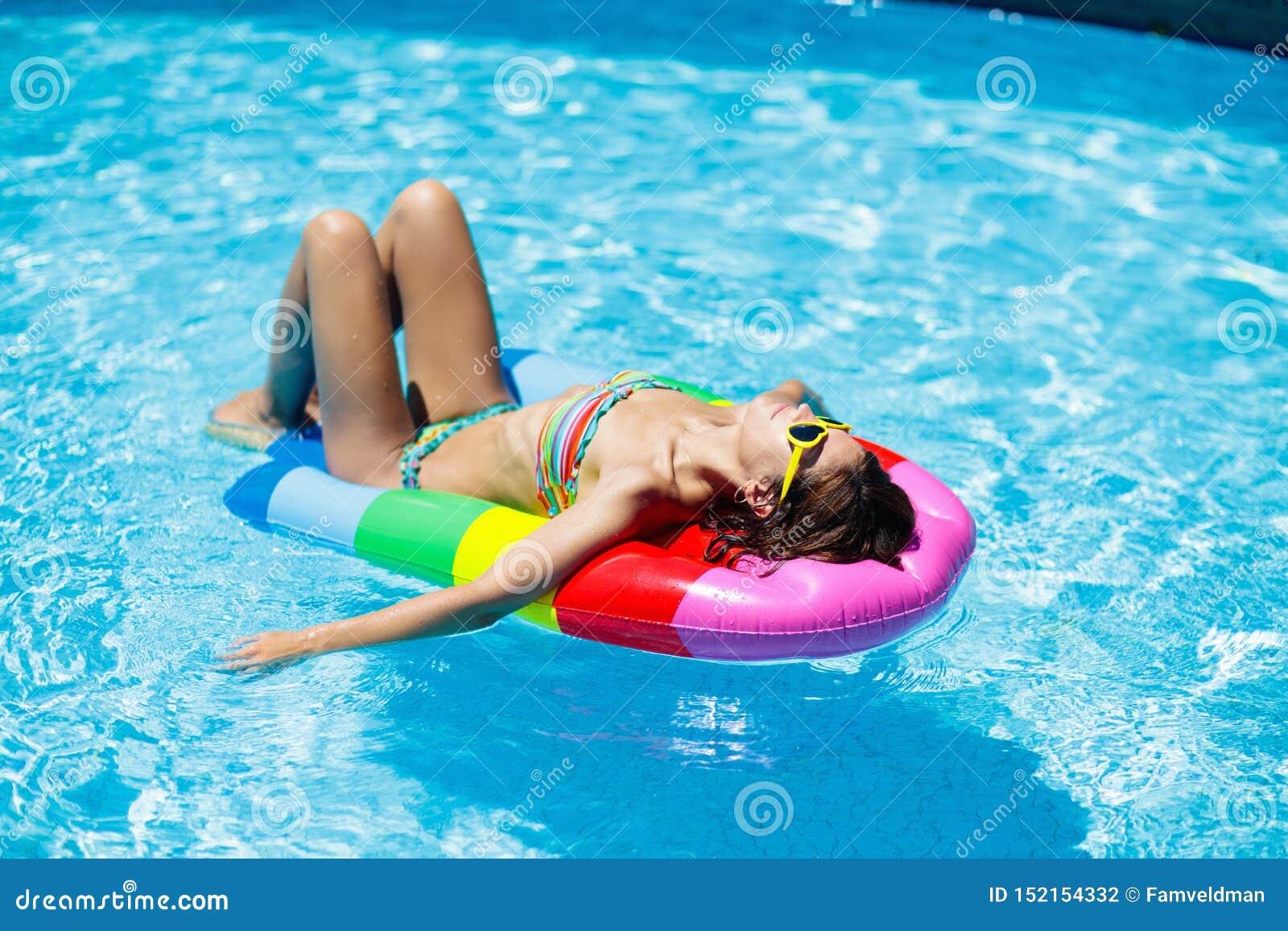 Mulher na piscina no flutuador Natação fêmea