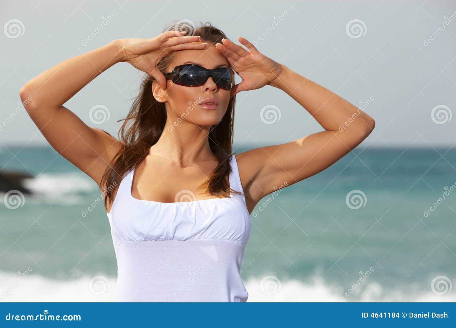 Mulher na praia preta