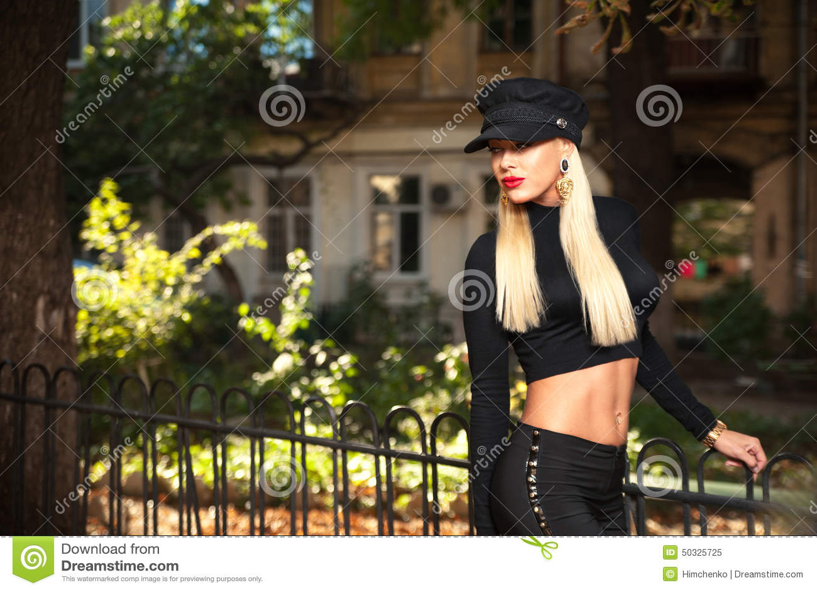 Mulher na roupa preta