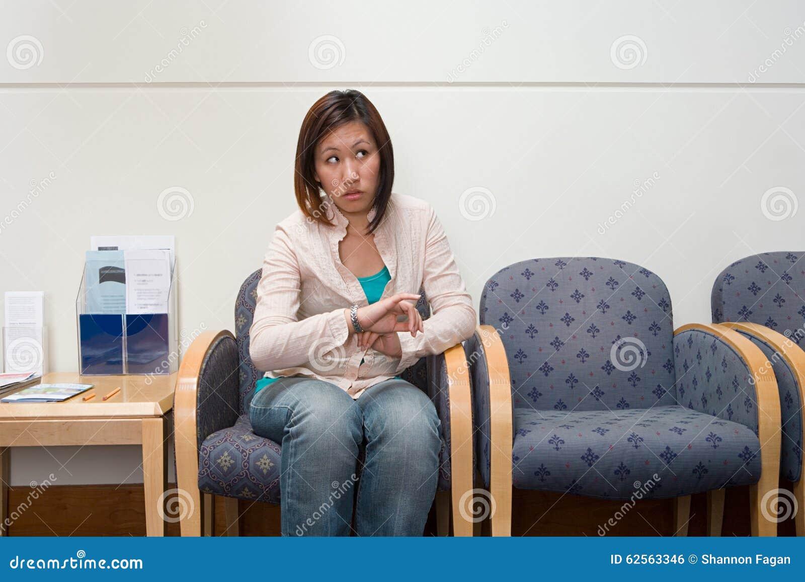 Mulher na sala de espera do hospital