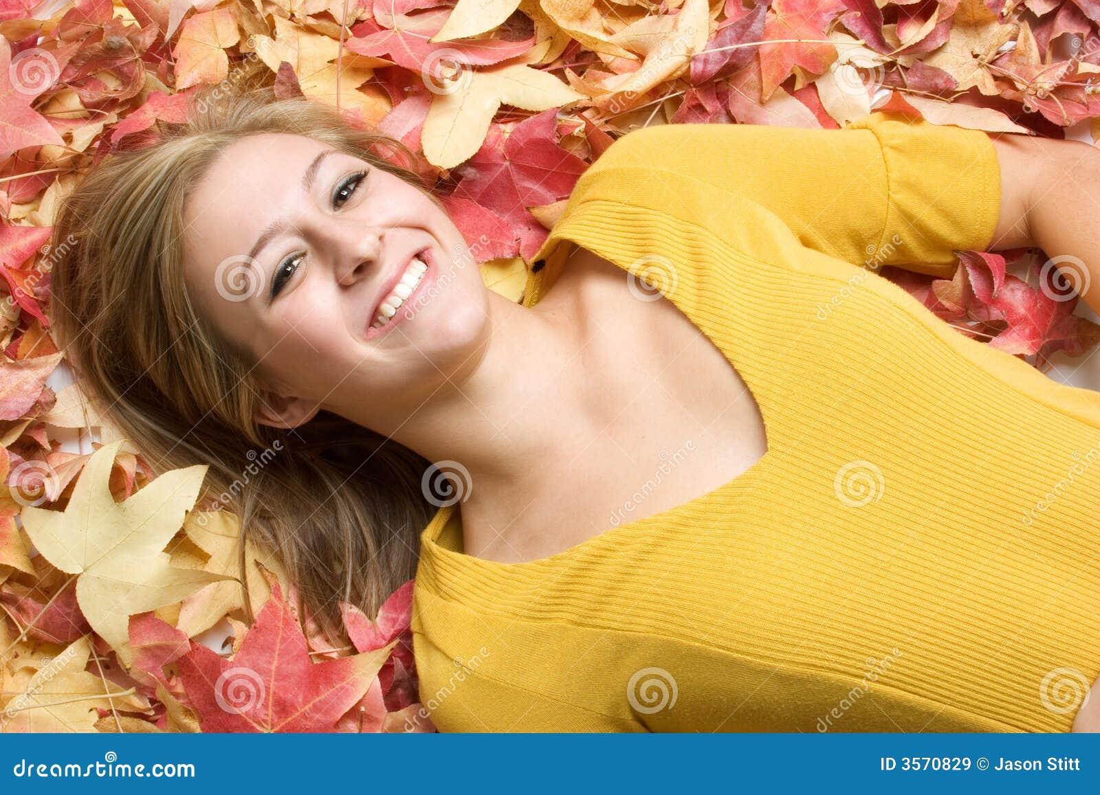 Mulher nas folhas