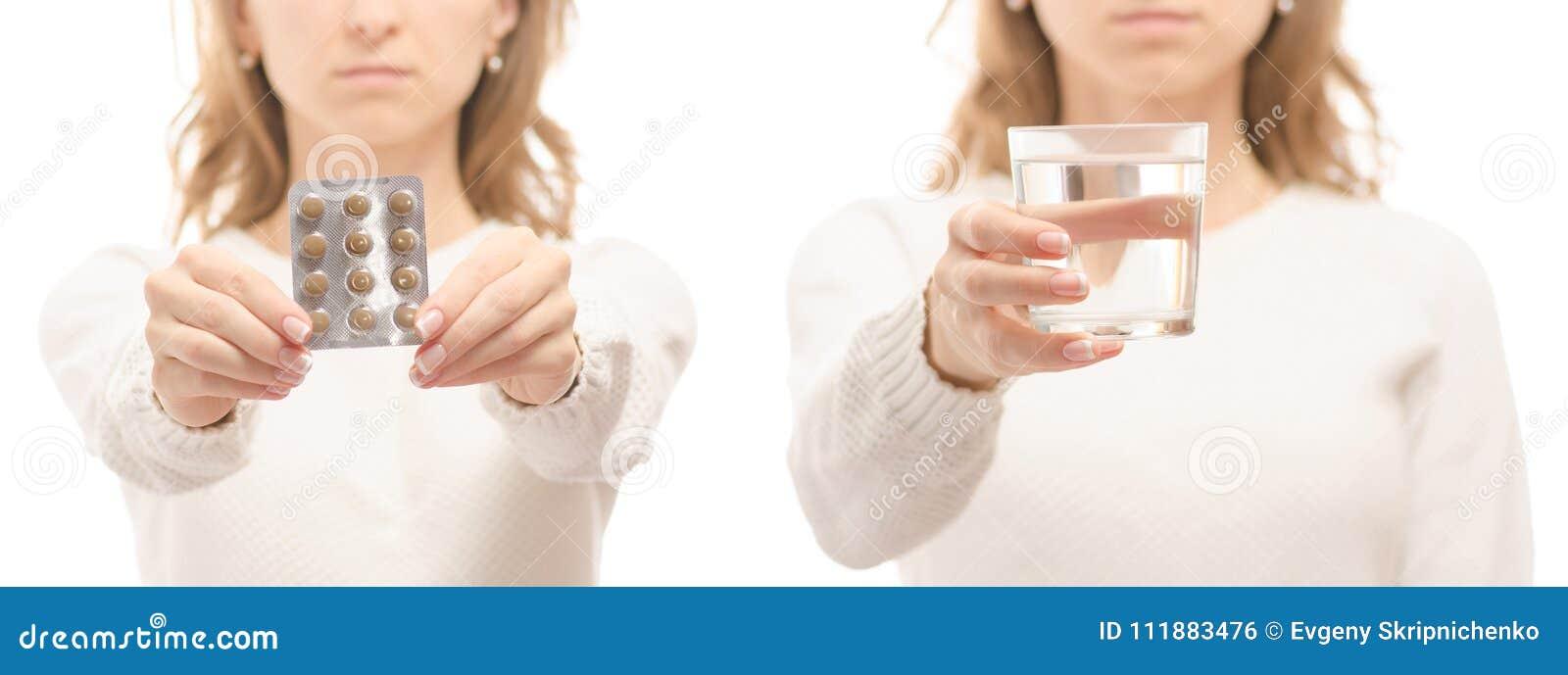 Mulher nas mãos de uma tabuleta de um vidro do grupo frio da doença da gripe da medicina saudável do grupo da água