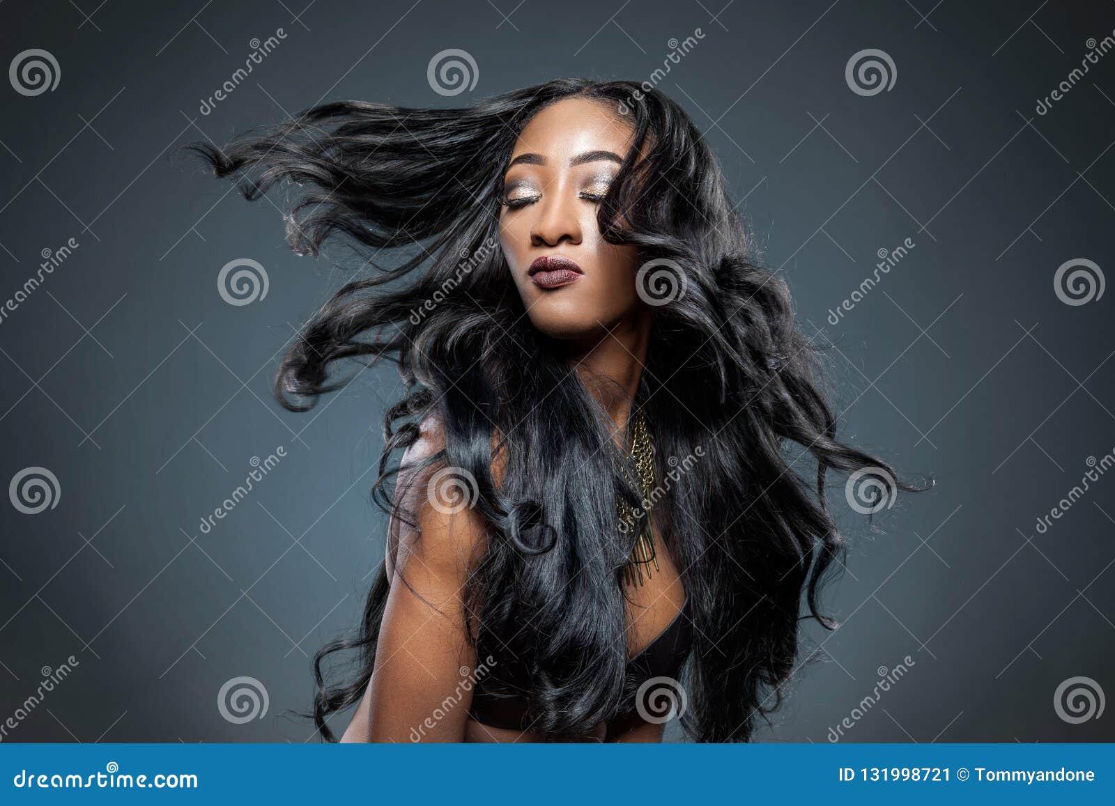 Mulher negra com cabelo brilhante luxuoso longo