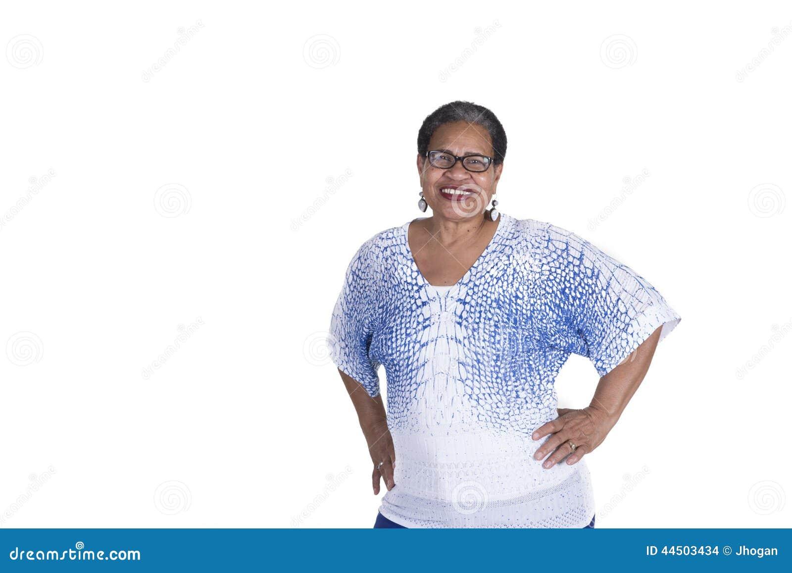 Mulher negra mais idosa no branco