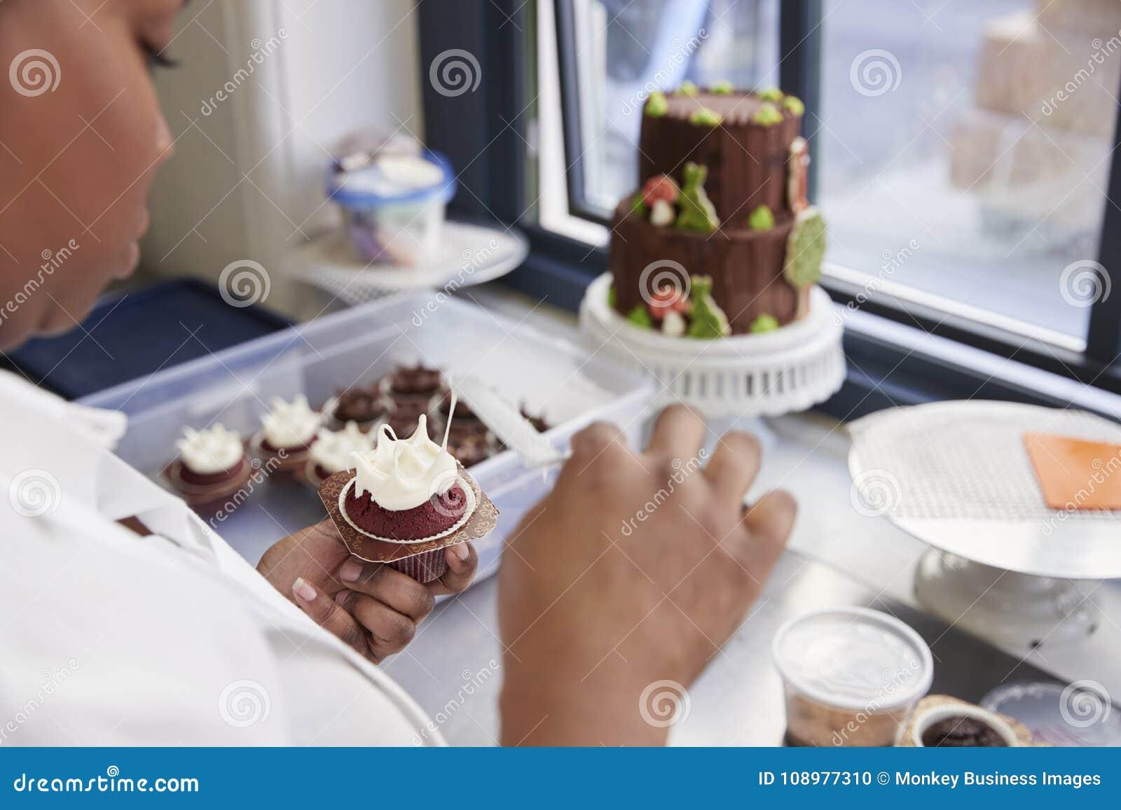 Mulher negra que prepara o alimento em uma padaria, sobre a opinião do ombro