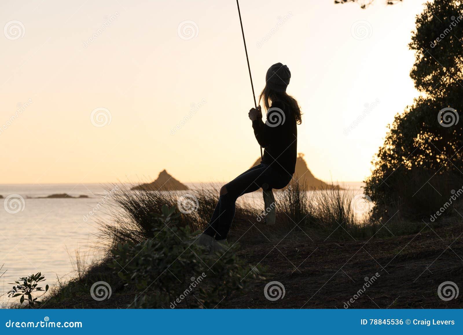 Mulher no balanço da corda