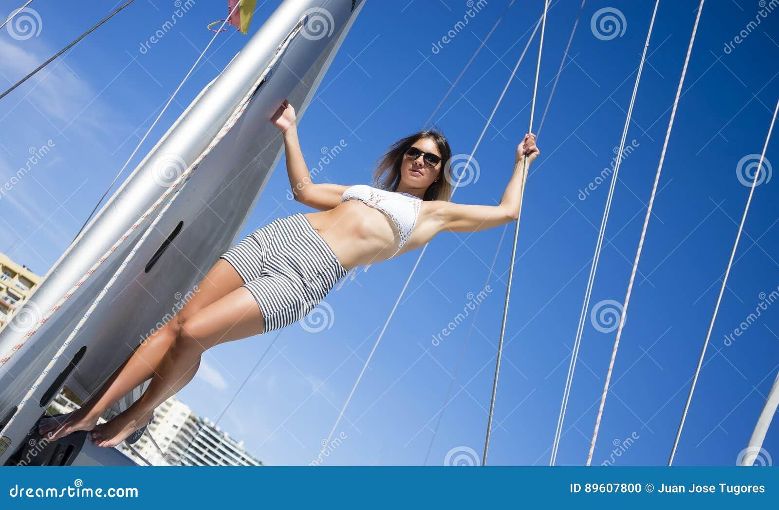 Mulher no biquini em um veleiro