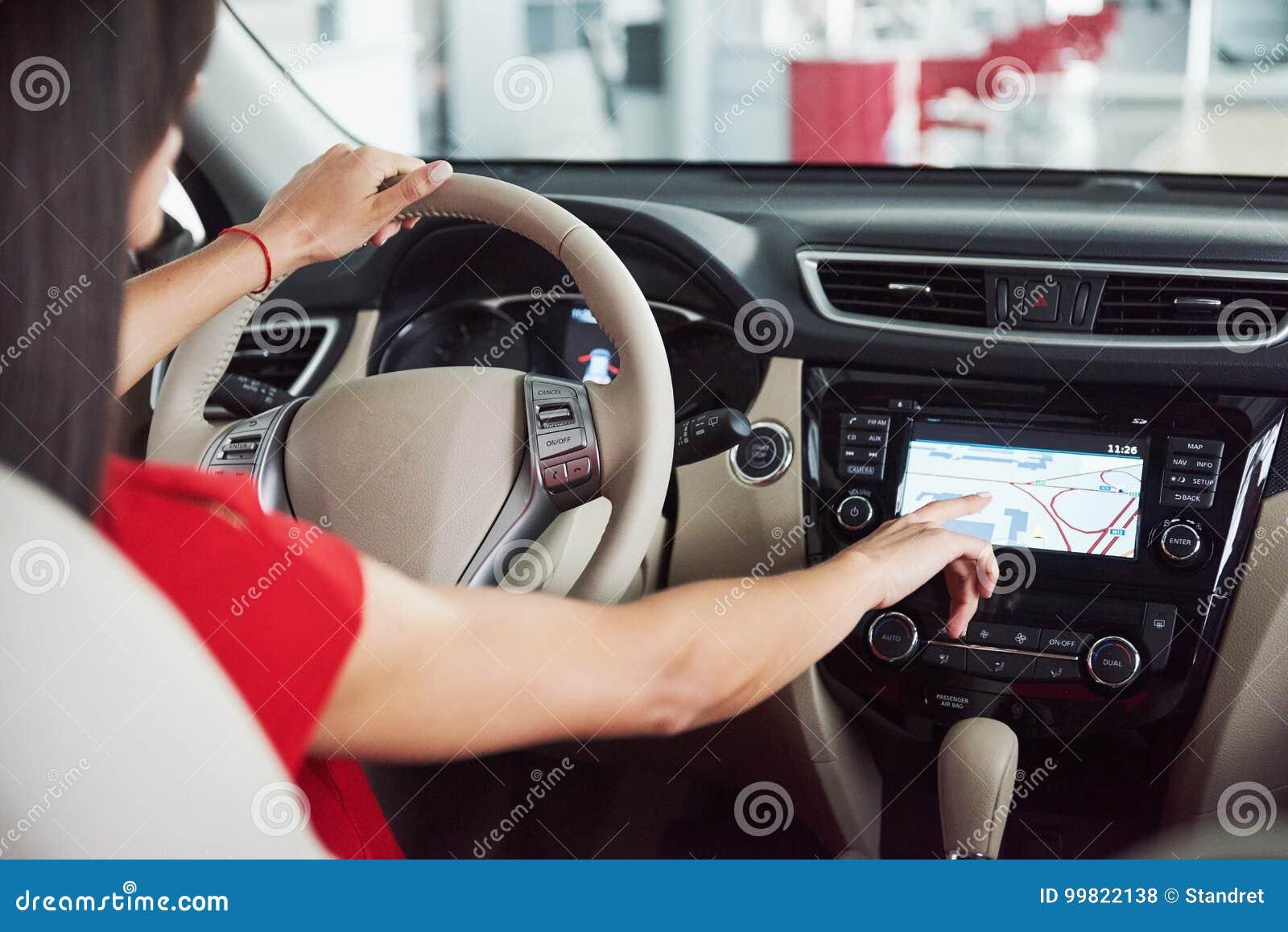 A mulher no carro interno mantém a roda girar em torno dos passageiros de vista de sorriso no taxista da ideia do banco traseiro