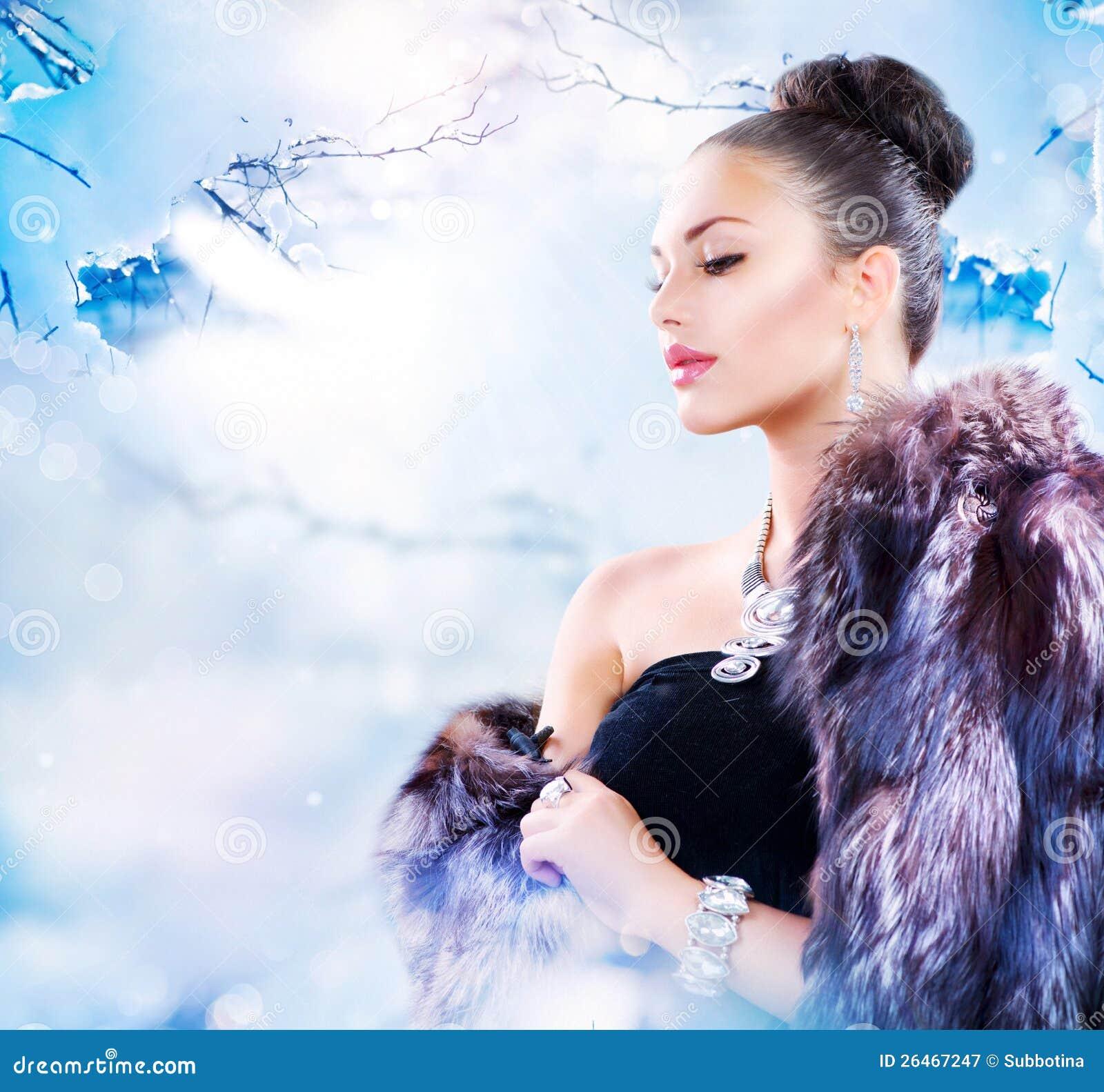 Mulher no casaco de pele luxuoso