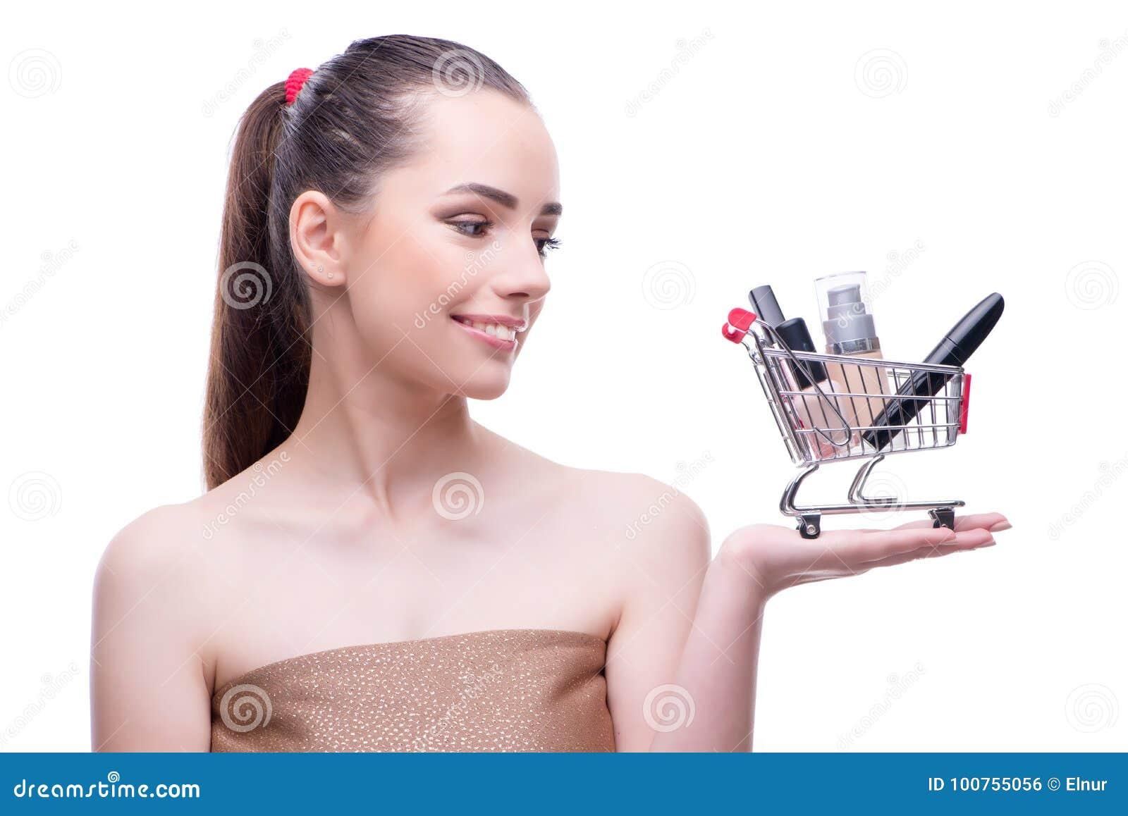 A mulher no conceito da beleza com compõe guardar o carrinho de compras