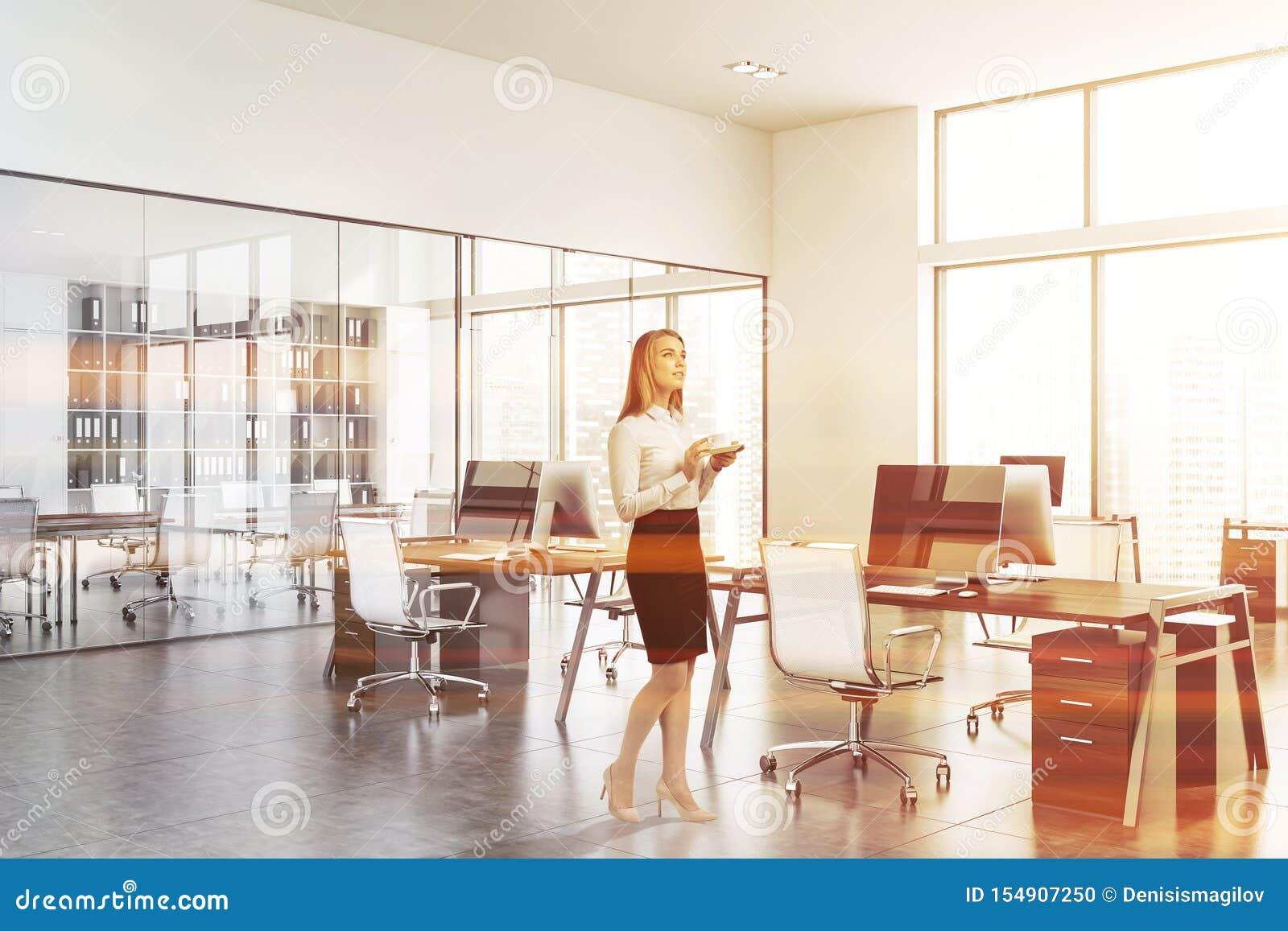 Mulher no escritório branco do espaço aberto com sala de reunião