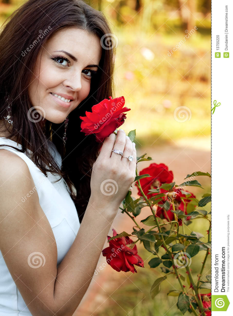 jardins rosas vermelhas : jardins rosas vermelhas:Woman Smelling Roses Red