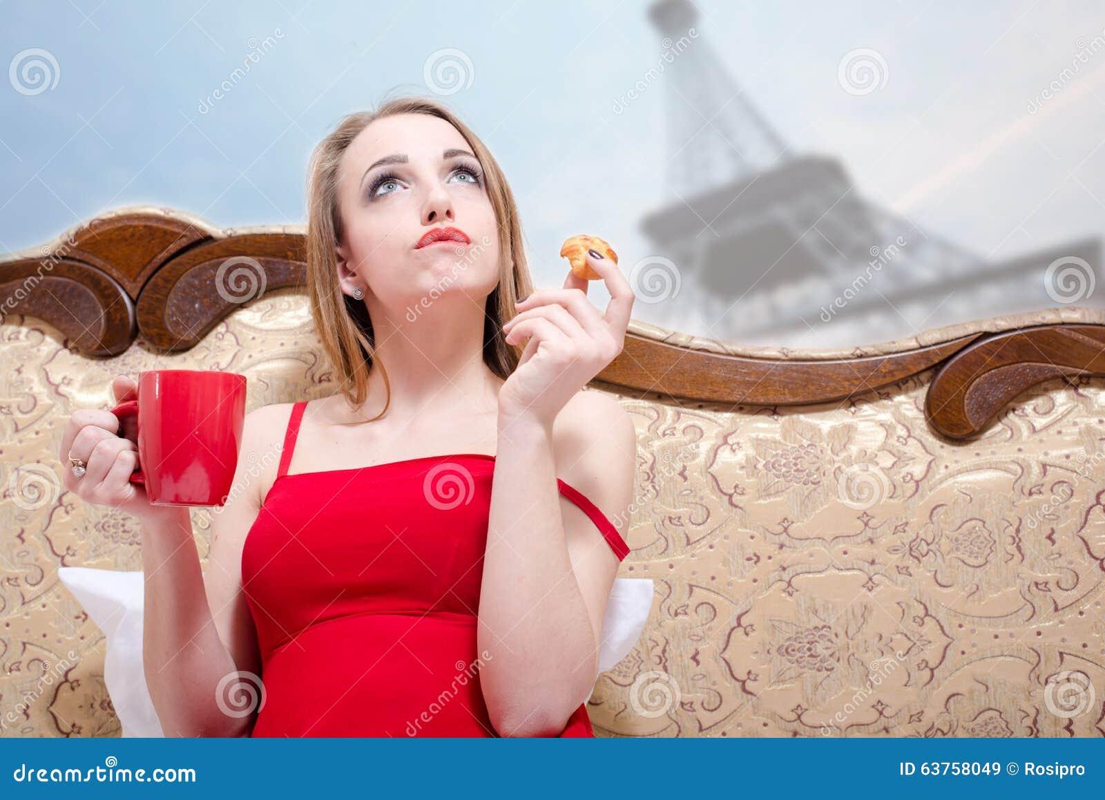 Mulher no pensamento vermelho sobre Paris
