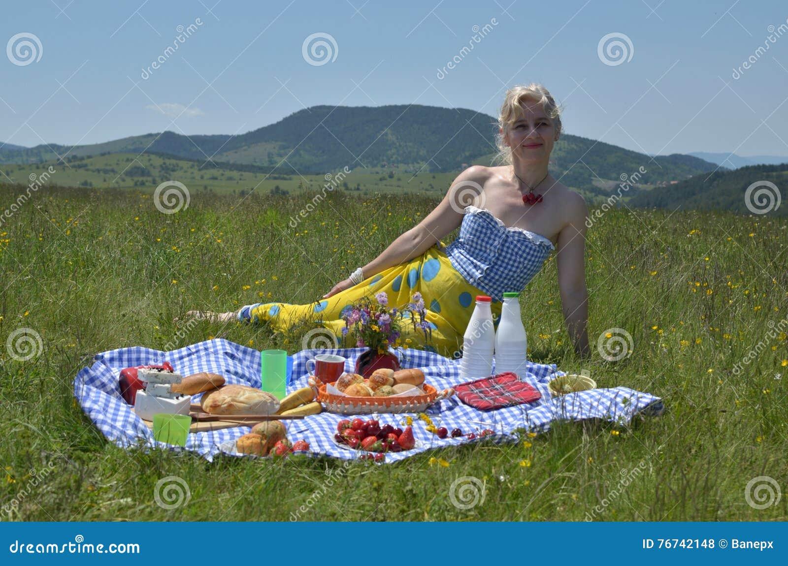 Mulher no piquenique em Sunny Day