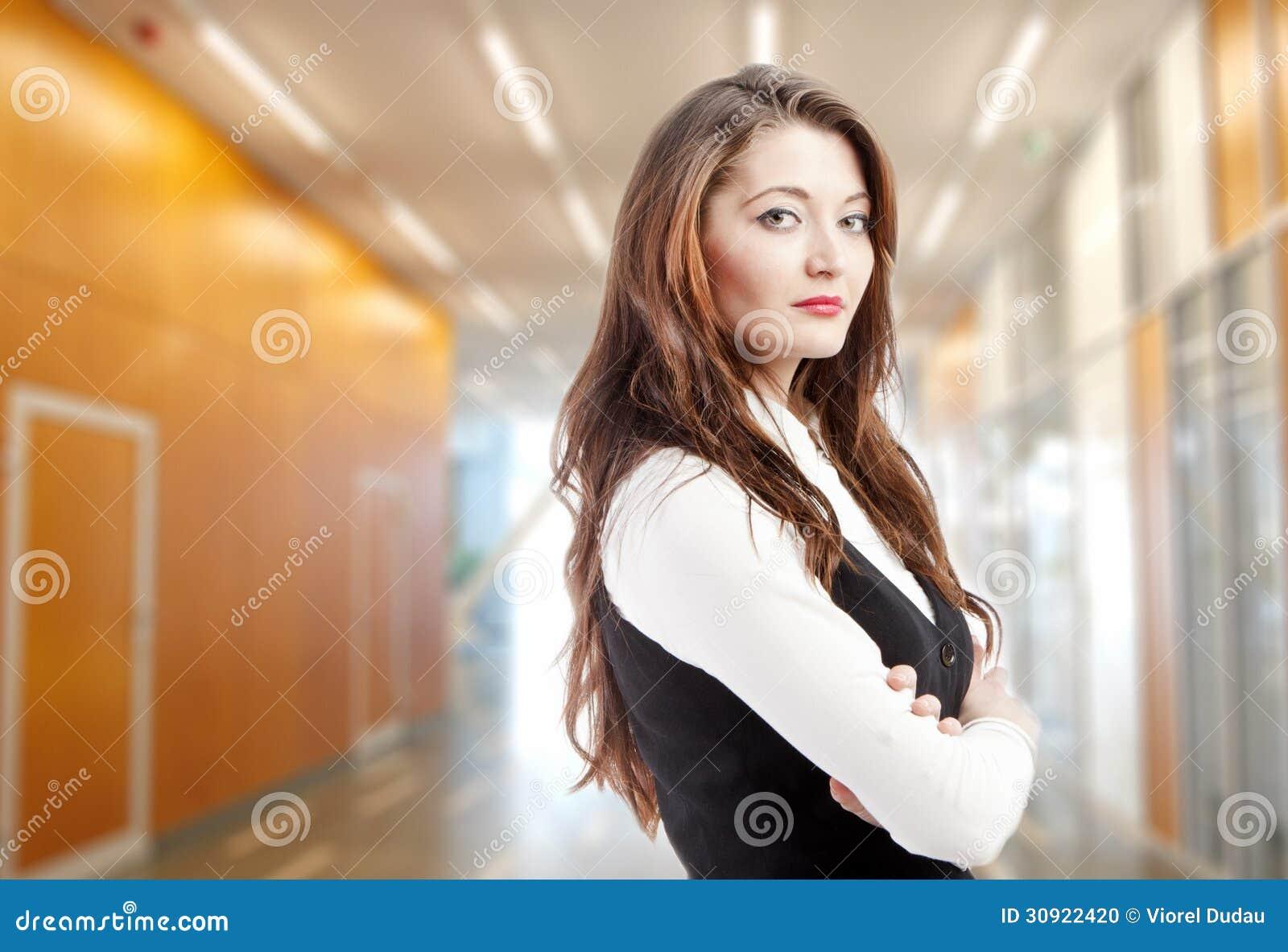 Mulher no prédio de escritórios