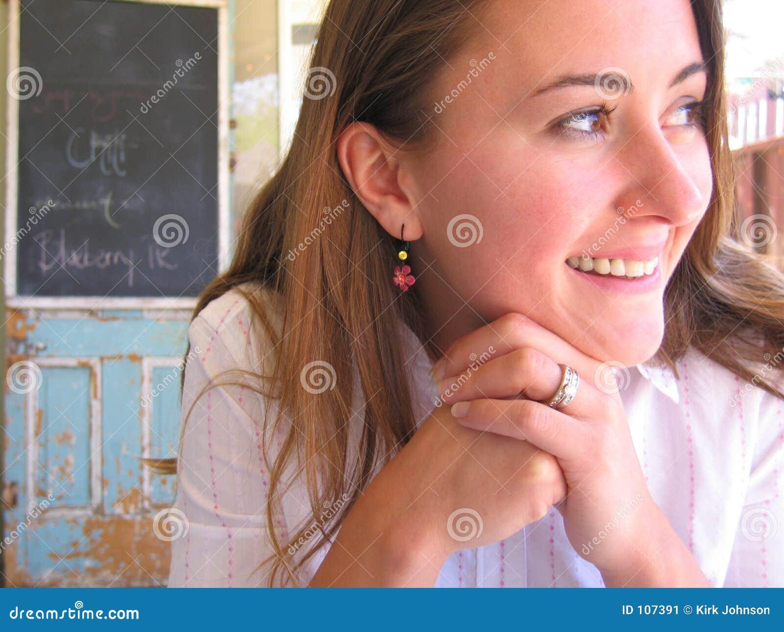 Mulher no sorriso ao ar livre do café