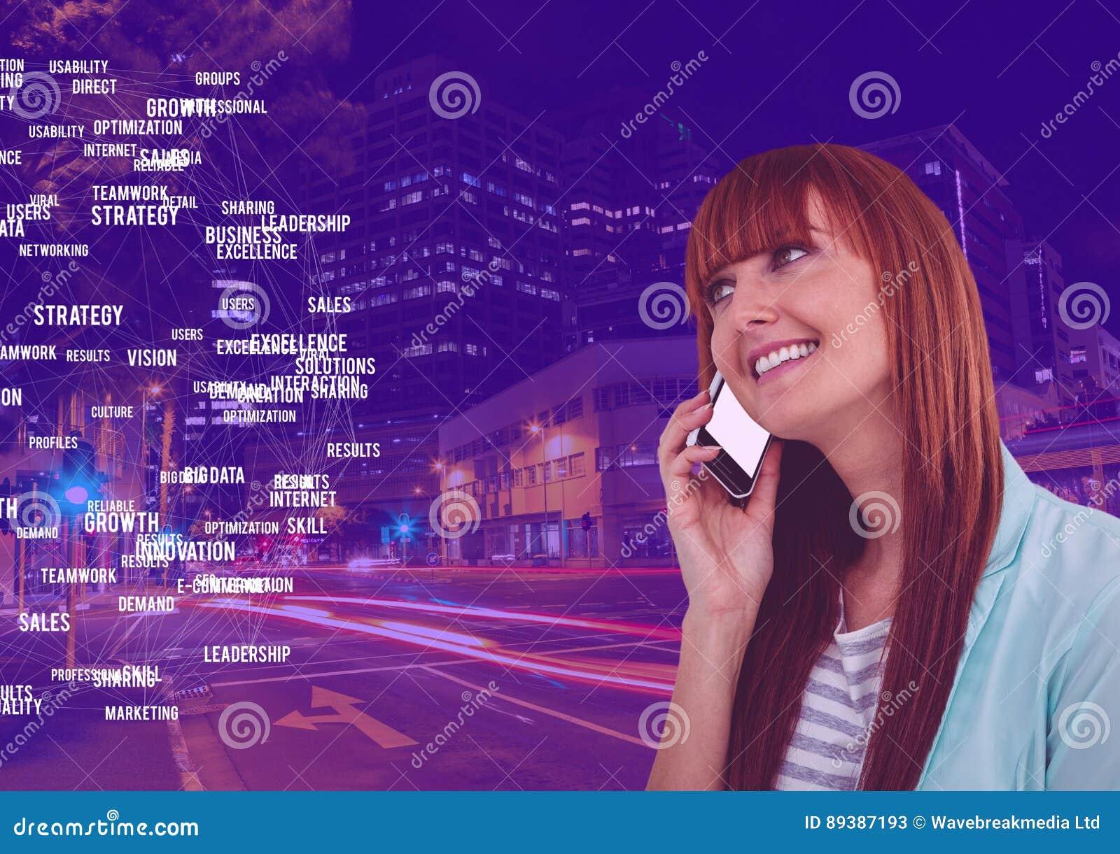 Mulher no telefone contra a cidade da noite com conectores