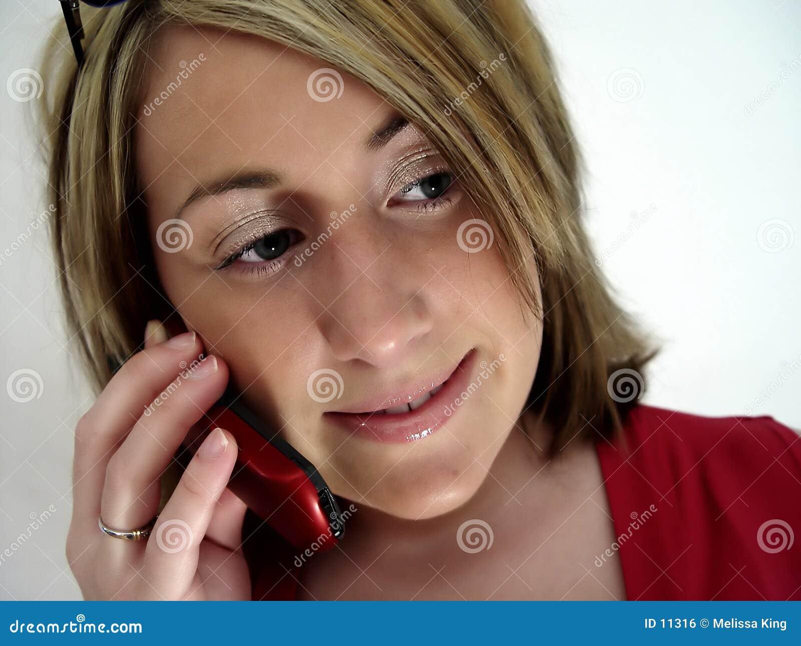 Mulher no telefone de pilha