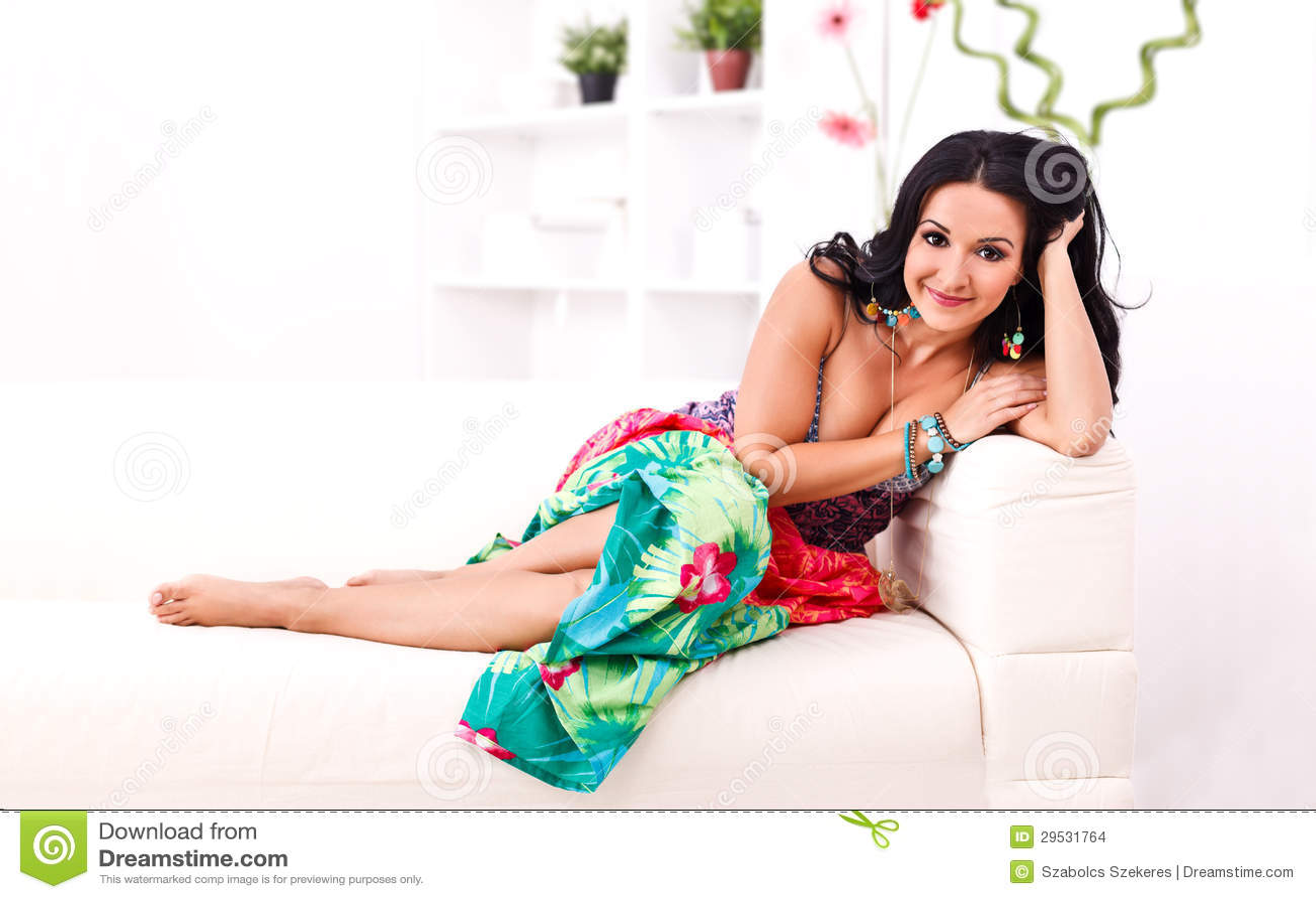 Mulher no vestido do verão