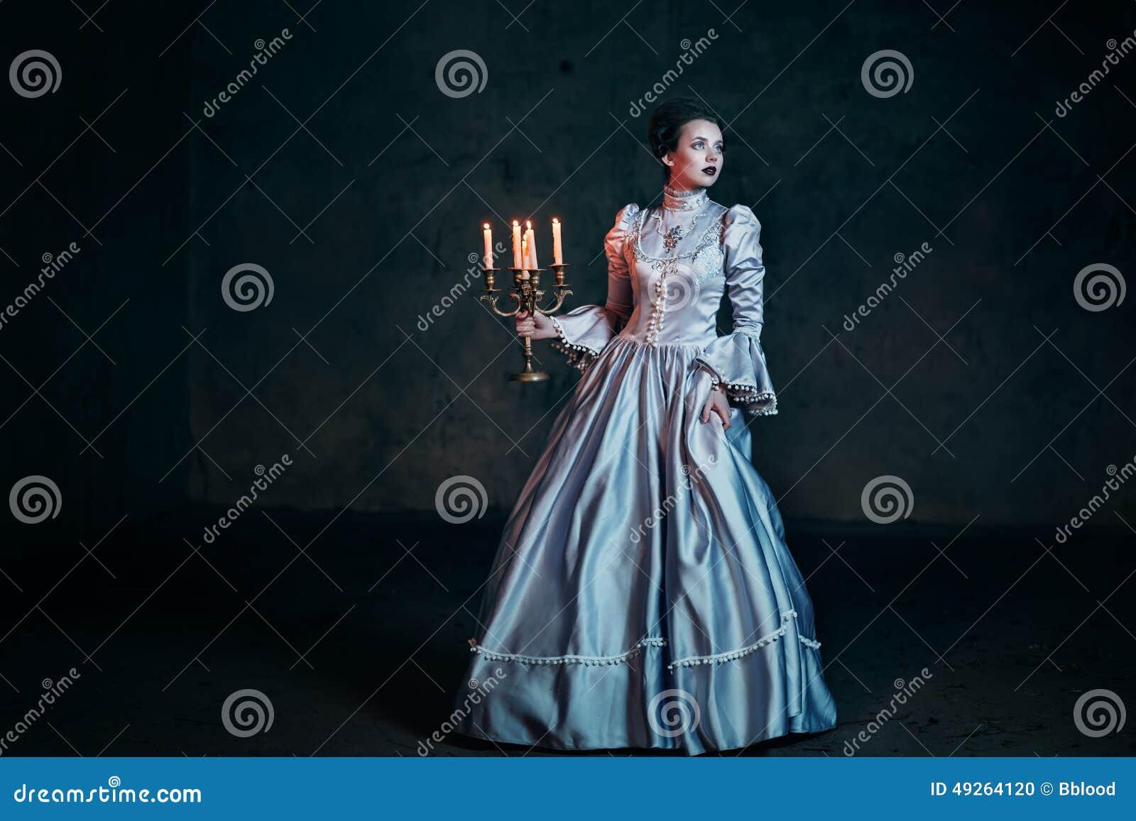 Mulher no vestido do Victorian