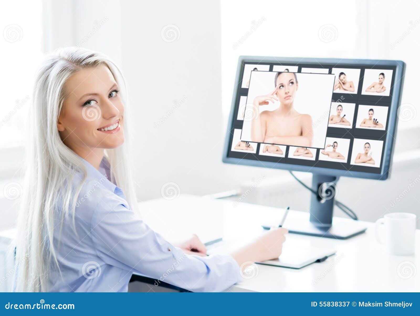 Mulher nova, atrativa e segura que trabalha no escritório