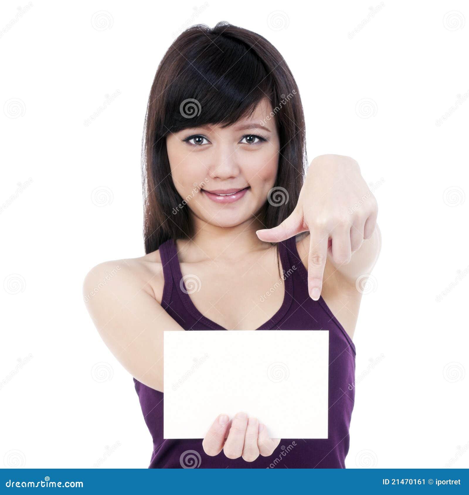 Mulher nova atrativa que prende o cartão de nota em branco