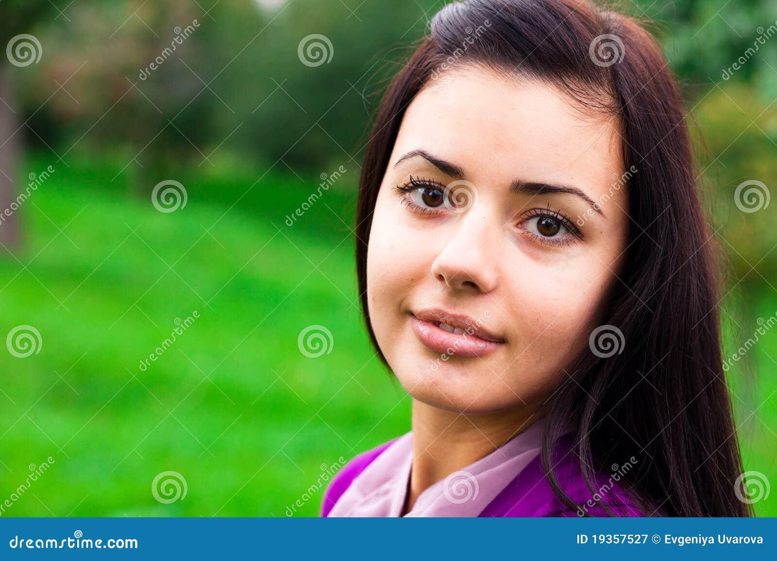 Mulher nova bonita ao ar livre