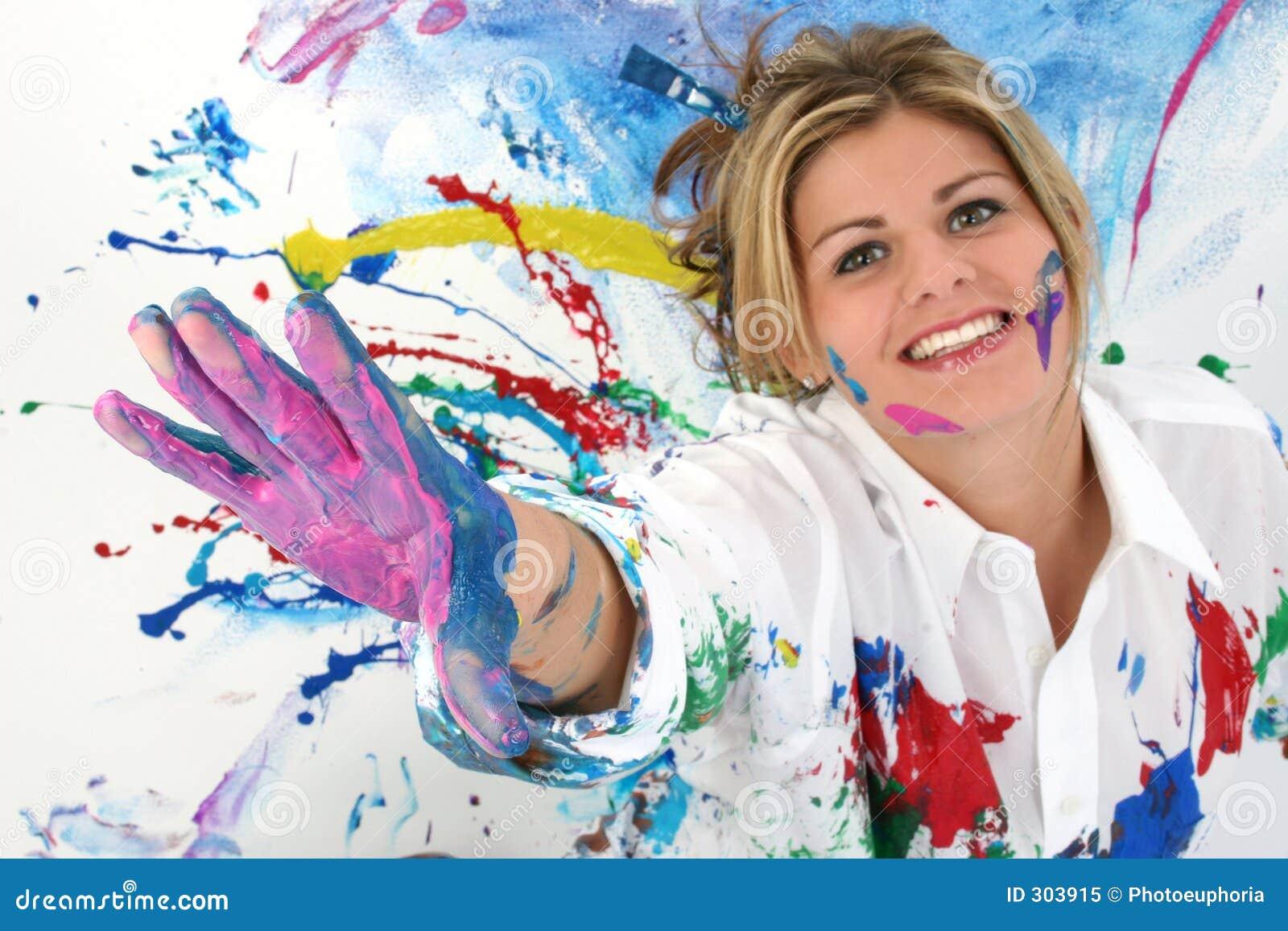 Mulher nova bonita coberta na pintura