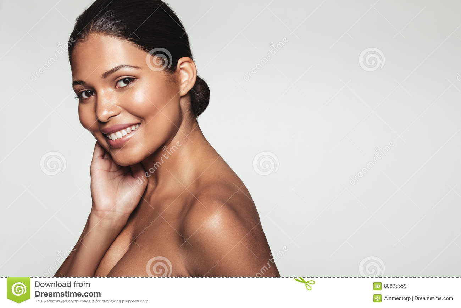 Mulher nova bonita com pele limpa