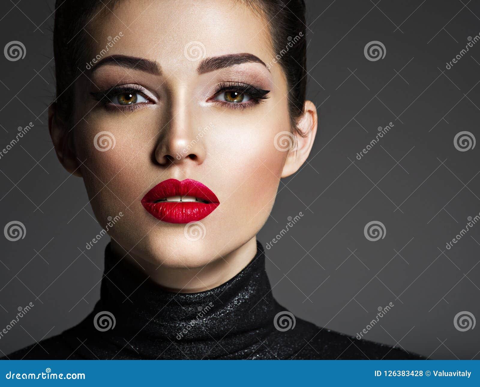 Mulher nova bonita da forma com batom vermelho