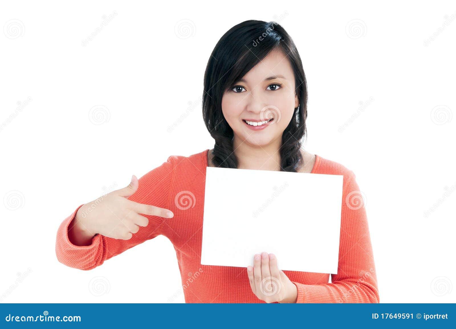 Mulher nova bonita que prende o cartão de nota em branco