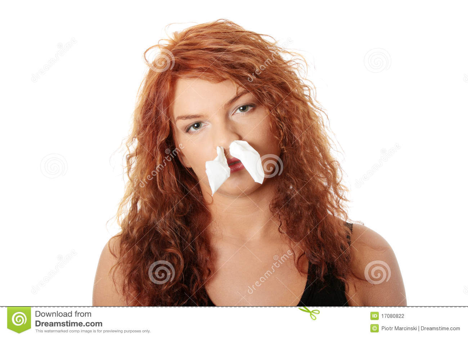 Mulher nova com alergia ou frio
