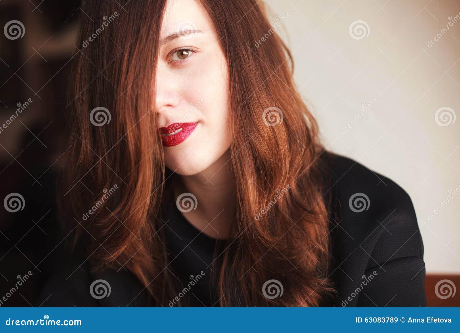 Mulher nova com batom vermelho