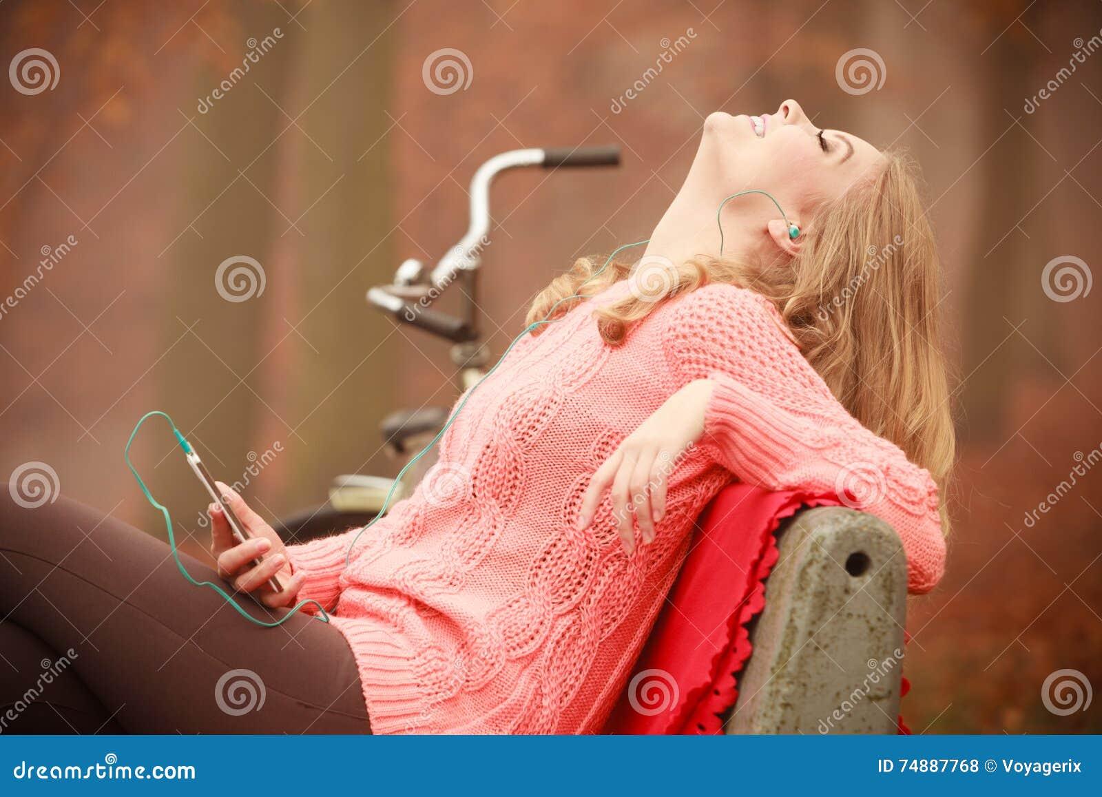 Mulher nova com telefone de pilha