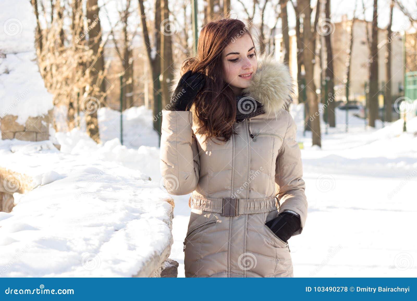Mulher nova da beleza no parque do inverno