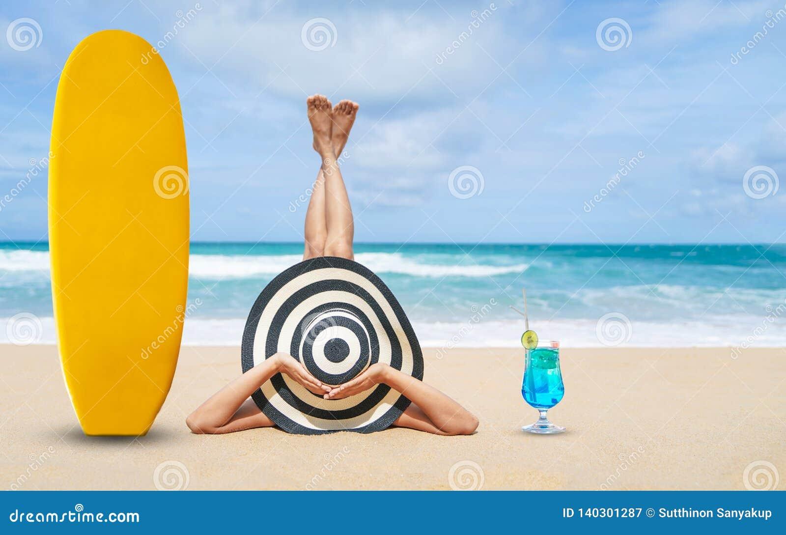 Mulher nova da forma para relaxar na praia, no estilo de vida feliz da ilha, na areia branca, no céu nebuloso do ฺBlue e no mar