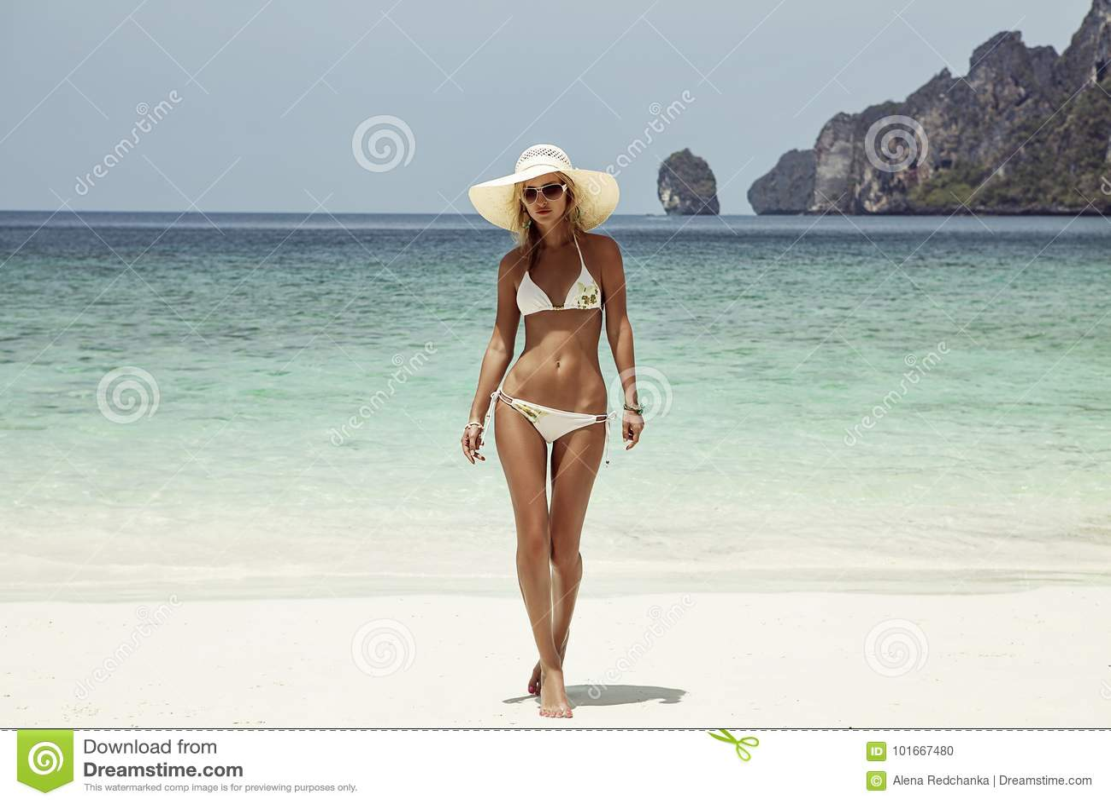 A mulher nova da forma relaxa na praia Estilo de vida feliz da ilha