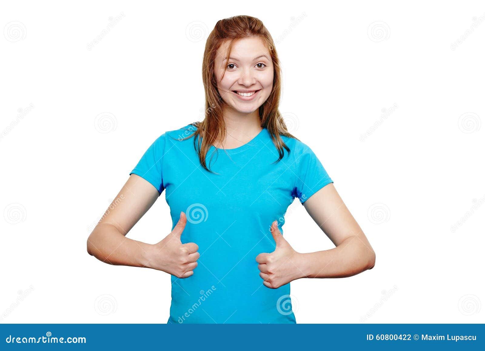 Mulher nova de sorriso que mostra os polegares acima