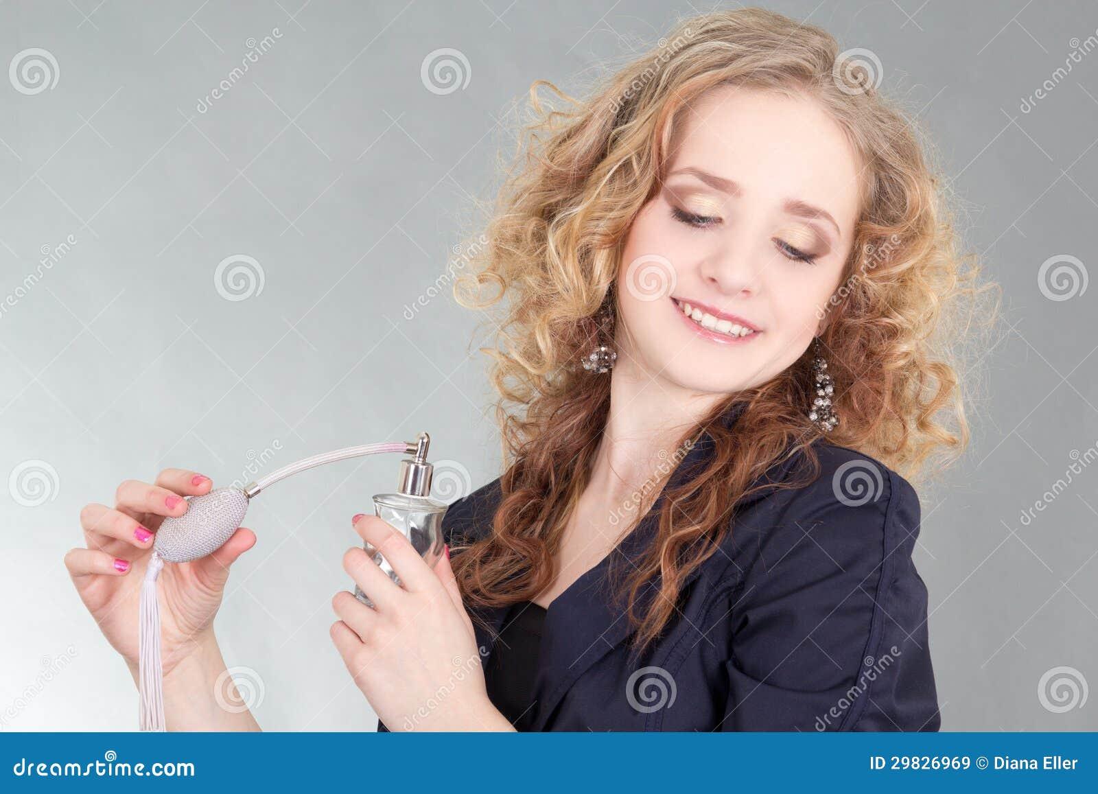 Mulher nova do blondie com perfume