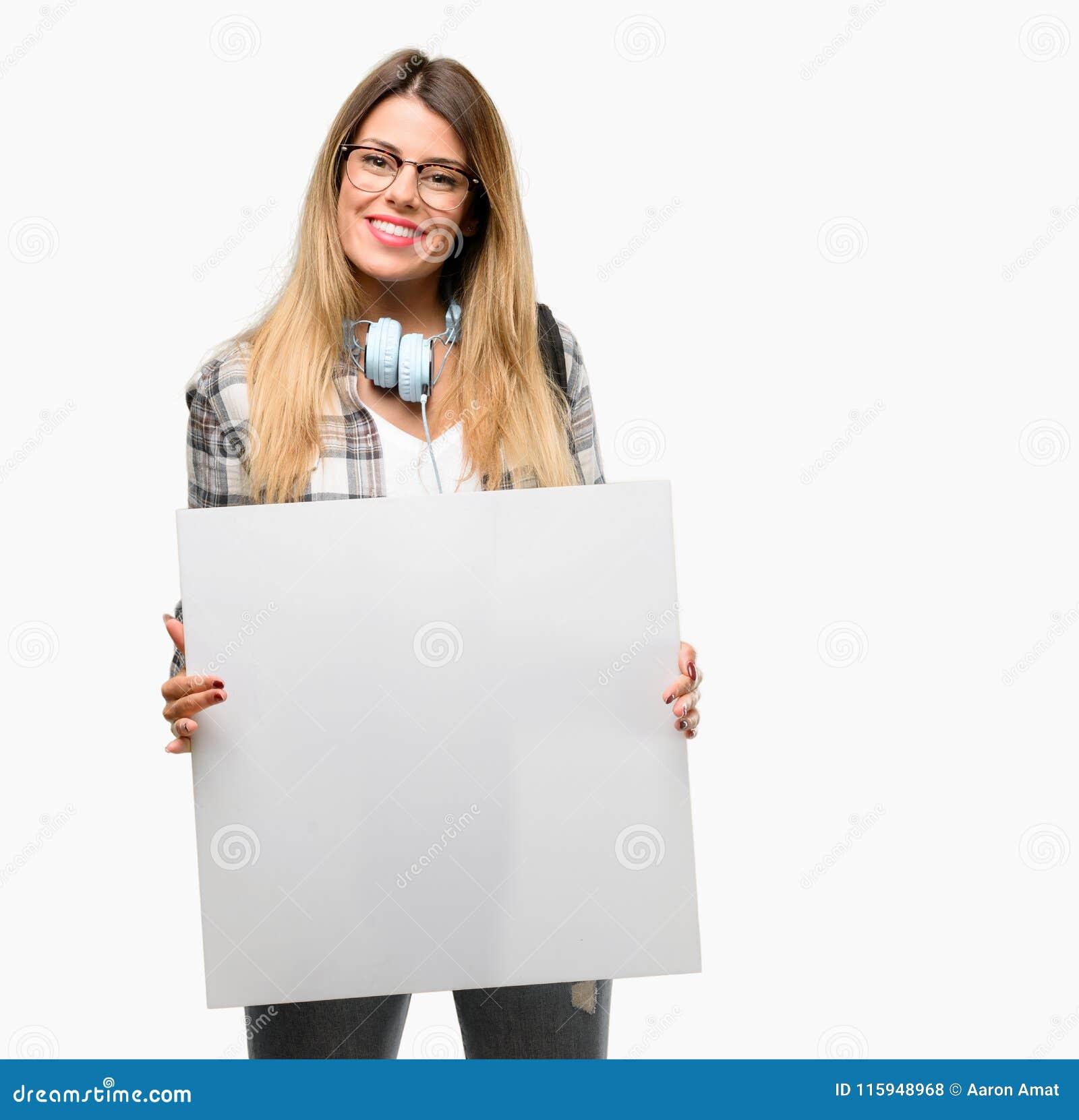 Mulher nova do estudante com fones de ouvido e trouxa