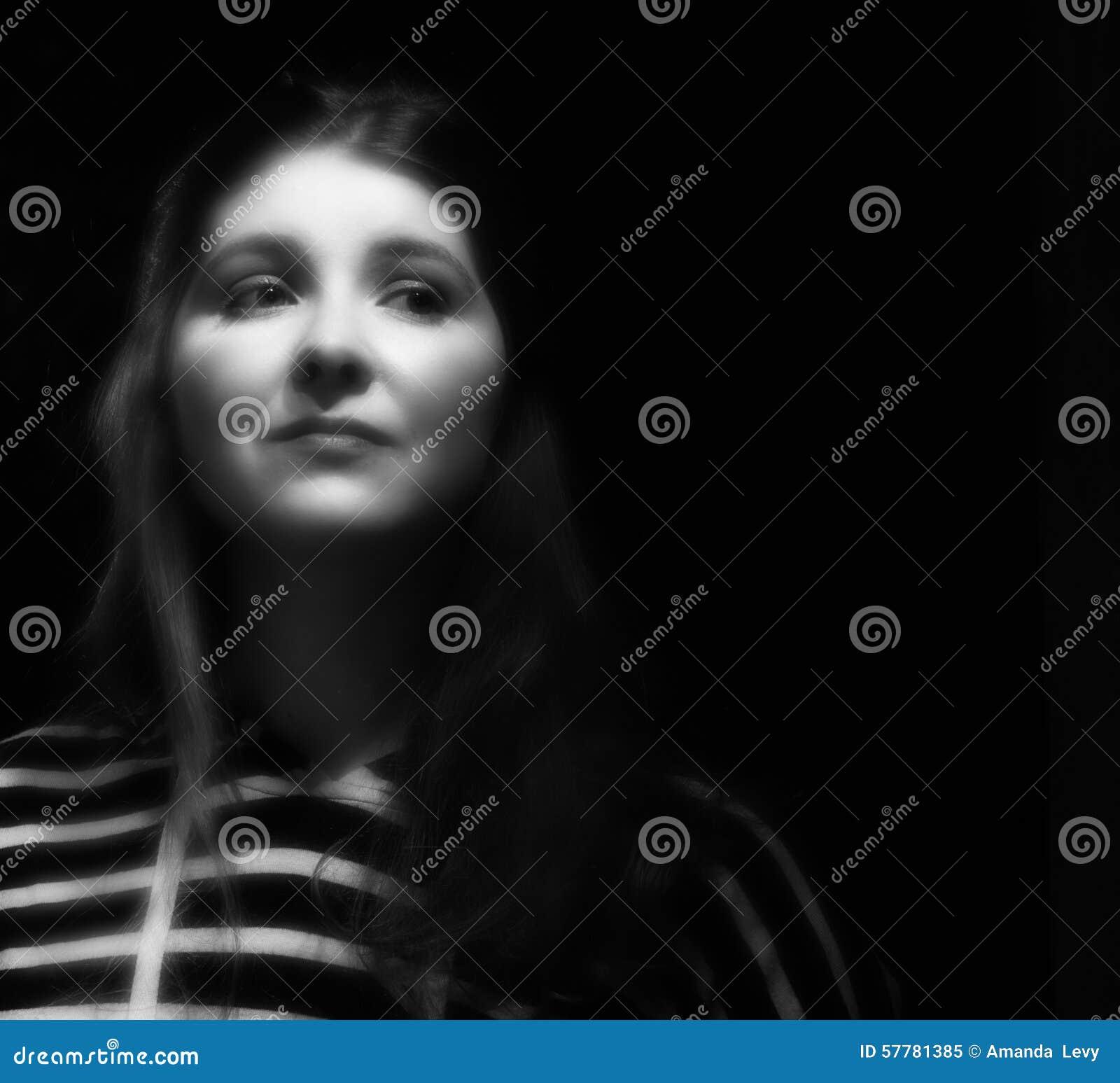 Mulher nova do retrato preto e branco