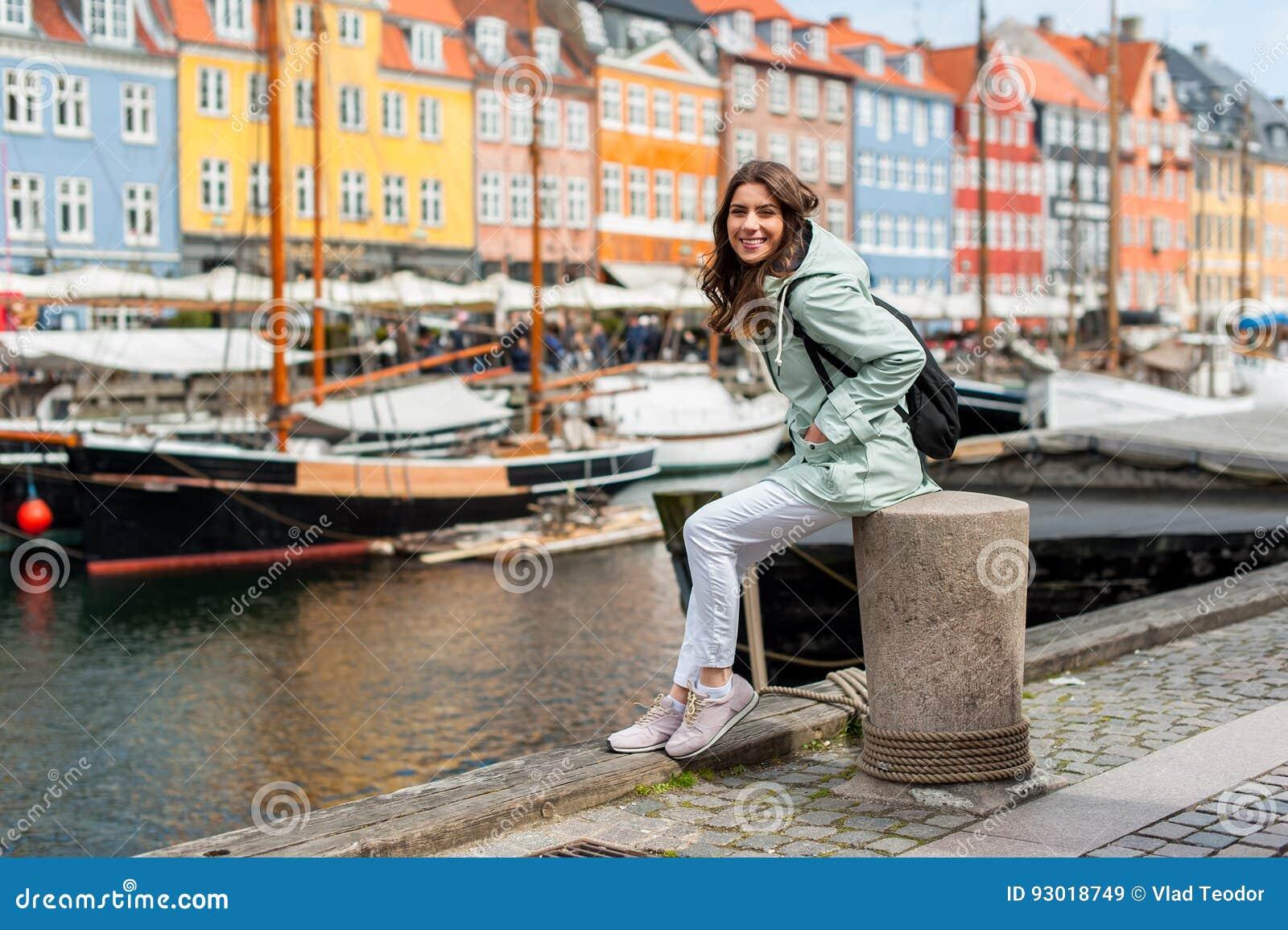 Mulher nova do turista que visita Escandinávia