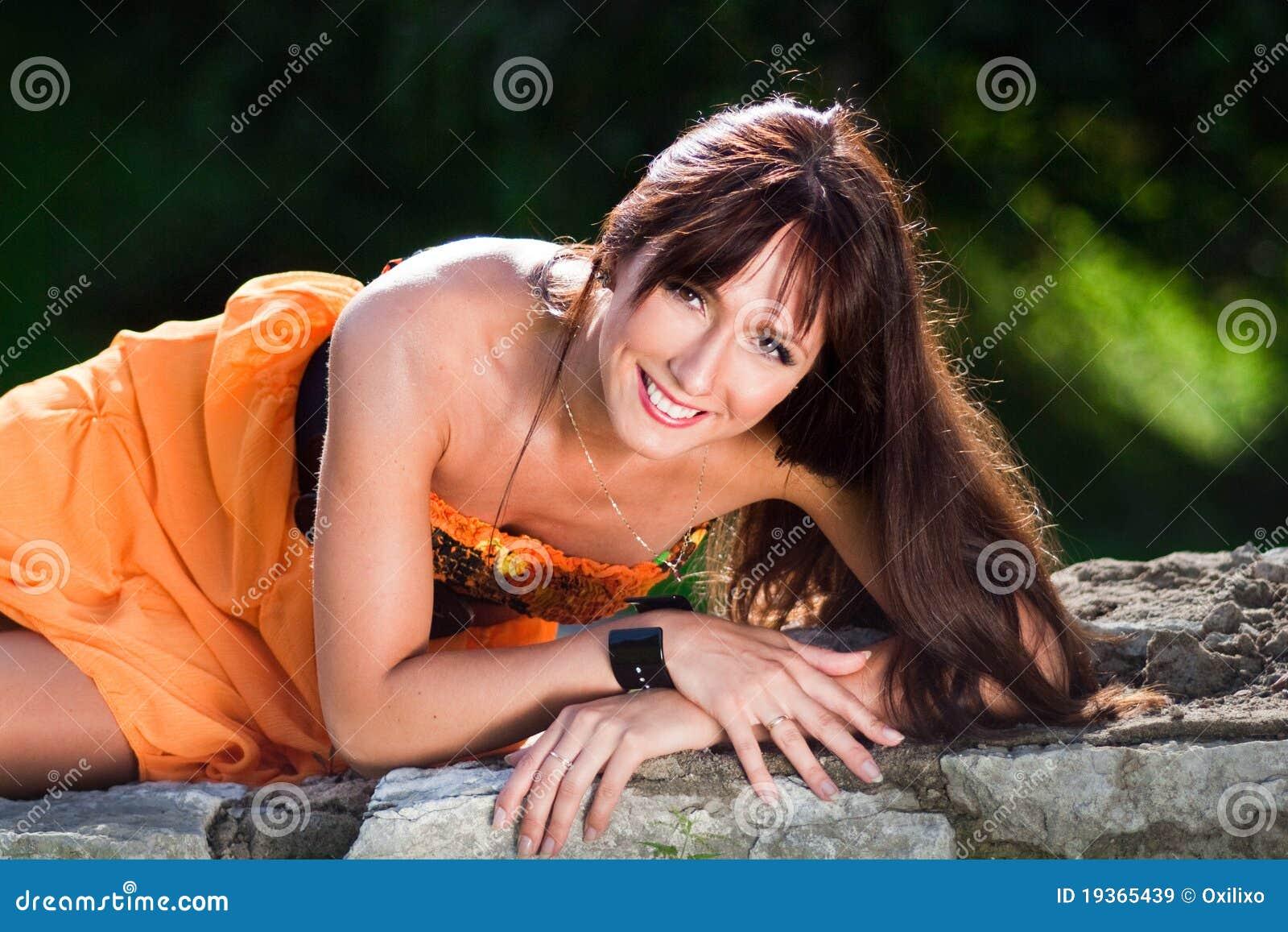 Mulher nova em um parque