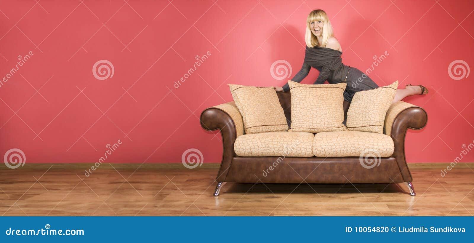 Mulher nova em um sofá