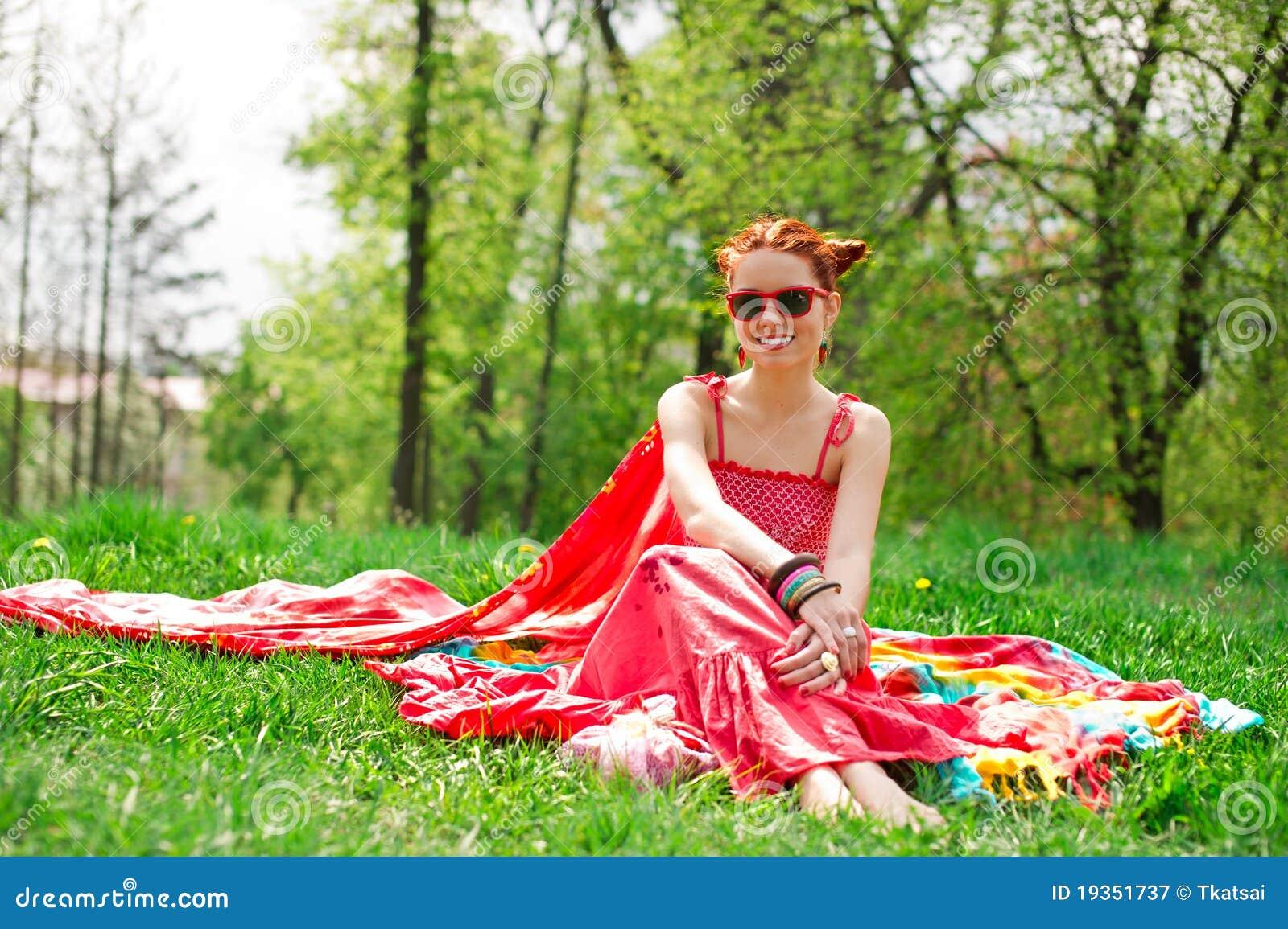 Mulher nova feliz de Beautifull na grama verde do verão