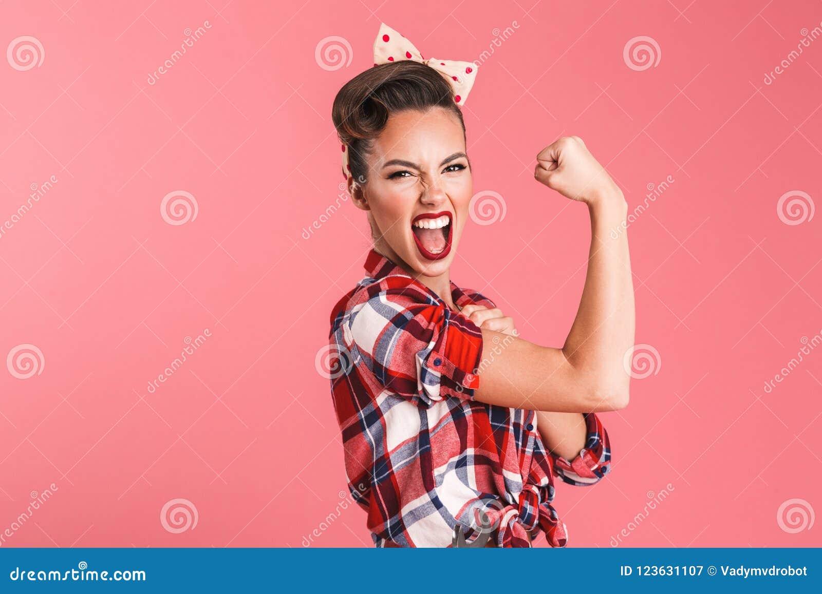 Mulher nova forte lindo do pino-acima que mostra o bíceps
