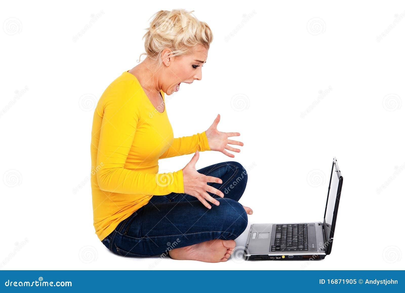 Mulher nova frustrada com portátil